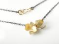 collier geoxideerd zilver met little flower hanger 18kt geelgoud